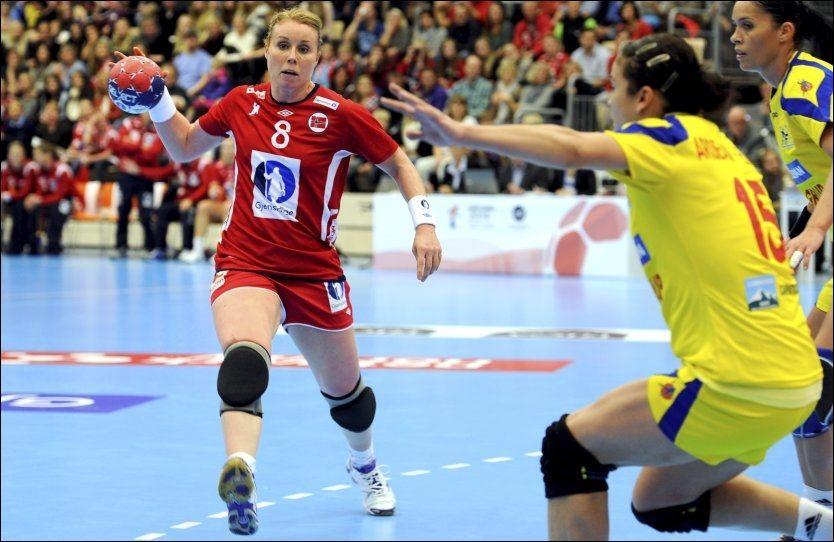 FOR MYE REKLAME: Det europeiske håndballforbundet reagerte på reklamebruken i Sotra Arena. Her er Karoline Dyhre Breivang i angrep for Norge. Foto: Tor Erik Mathiesen, NTB Scanpix