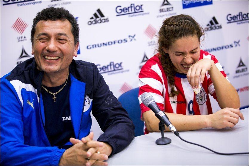 SPØKEFULL: Paraguays trener Ruben Subeldia og Marizza Faria lo da de på pressekonferansen etter stortapet mot Angola mandag ble spurt hva de skal gjøre for å stagge Norge i håndball-VM for kvinner i Serbia. Foto: Erlend Aas / NTB scanpix