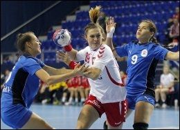 TØFF MOTSTAND: Polens Kinga Byzdra bryter seg mellom Paraguays Maria Gomez (t.v.) og Marizza Faria (t.h.) under håndball-VM i Serbia. Foto: AFP PHOTO / PEDJA MILOSAVLJEVIC