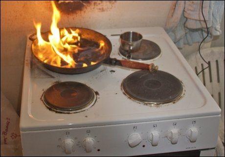 VÆR PÅ VAKT: Ikke glem kjeler eller stekepanner på kokeplaten! Begynner det å brenne kan det spre seg svært fort gjennom kjøkkenviften. Foto: Thor Adolfsen i Norsk brannvernforening.