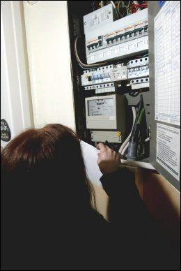KAN OVERBELASTES: Mange bruker det elektriske anlegget feil, om det er gammelt kan det overbelastes og dermed utgjøre en brannfare. Foto: NTB Scanpix