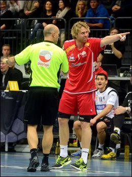 DOMMER-HJELP: Haslum-spiller Erlend Mamelund prøver å gi dommeren litt assistanse under tapet mot Elverum i Terningen Arena. Foto: Anita Høiby Gotehus, Østlendingen