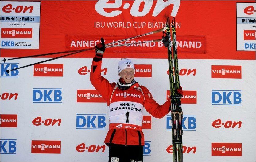 NY SEIER: Johannes Thingnes Bø jubler for seieren etter jaktstarten. Foto: AFP