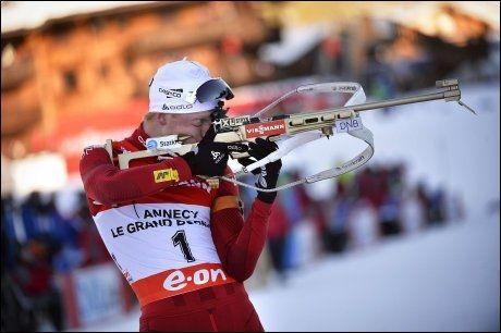 NÅDELØS: Johannes Thingnes Bø viste sin klasse på stående skyting søndag. Foto: AFP