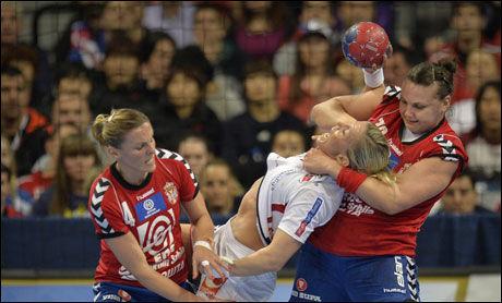 TØFFE TAK: Til høyre er Dragana Cvijic idet hun forsøkte å stanse Heidi Løke og Norge i går. Det klarte Serbia etter full tid. Norge er ute av VM. Vertsnasjonen er klar for semifinale mot Polen. Foto: Bjørn S. Delebekk