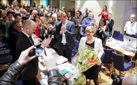 FORNYET TILLIT: Liv Signe Navarsete ledet landsmøtet på hjemmebane, i Loen i Sogn og Fjordane, i april. Der ble hun gjenvalgt som partileder. I bakgrunnen klapper de ny-gjenvalgte nestlederne Ola Borten Moe og Trygve Slagsvold Vedum. Foto: Alf Vidar Snæland / NTB scanpix