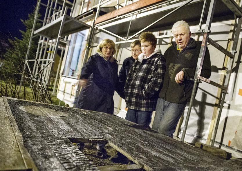En brennende lykt satte fyr på huset til Einar Schjølberg og Tove Selnes og sønnene Stian (15) og Kristoffer Selnes (12). Det tok først fyr i en rottingsofa som sto inntil denne leveggen.