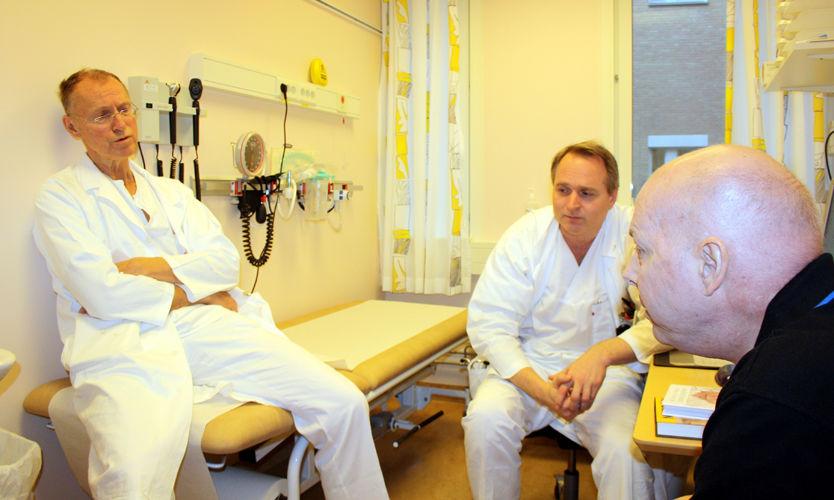 TUNG BESKJED: Her gir legene Dag Heldal (til venstre) og Yngve Fløisland ga Karl Erik Bøhn beskjeden om at han ikke lenger kan helbredes fra kreften. Foto: Privat