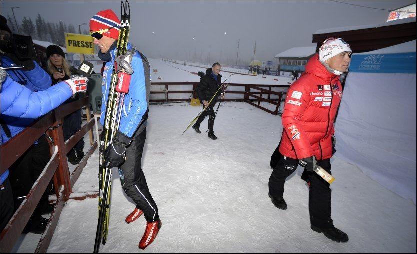 UNDER PRESS: Petter Northug, her avbildet under forrige sesongs NM, må prestere bedre for å komme til OL. Det sier landslagssjef Vidar Løfshus (t.h.). I bakgrunnen pappa John Northug. Foto: Bjørn S. Delebekk, VG