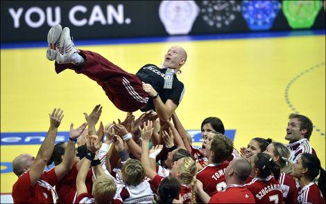 FOR ET ÅR SIDEN: Han ledet Ungarn til EM-bronse 16. desember i fjor. Et år senere sier den kreftsyke treneren at han er fornøyd med tiden han har fått. Foto: Bjørn S. Delebekk