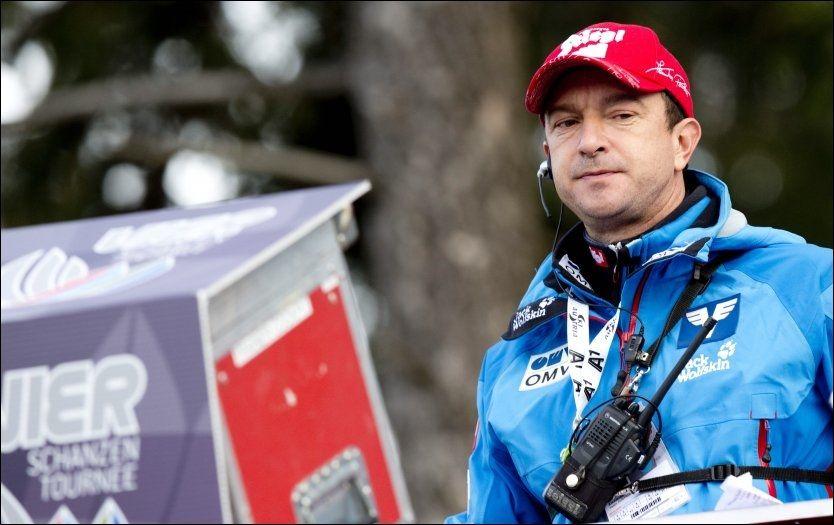 TUNGE TANKER: Østerrikes hopptrener Alex Pointner forteller nå åpent om den vanskelige tider. Her er han avbildet under trening i Innsbruck i Hoppuka. Foto: Geir Olsen, VG