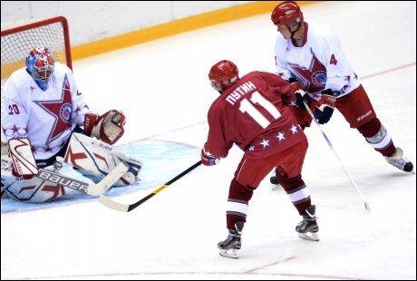 ISKALD: Presidenten gikk på mål med press fra tidliger hockeyproff Sergei Babinov Foto: ALEXEY NIKOLSKY/RIA NOVOSTI/AFP