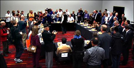 STORT OPPMØTE: Sjakkspillere, Magnus Carlsen-fans og journalister hadde møtt opp for å møte verdensmesteren i Las Vegas natt til fredag norsk tid. Foto: Merete Gamst, VG