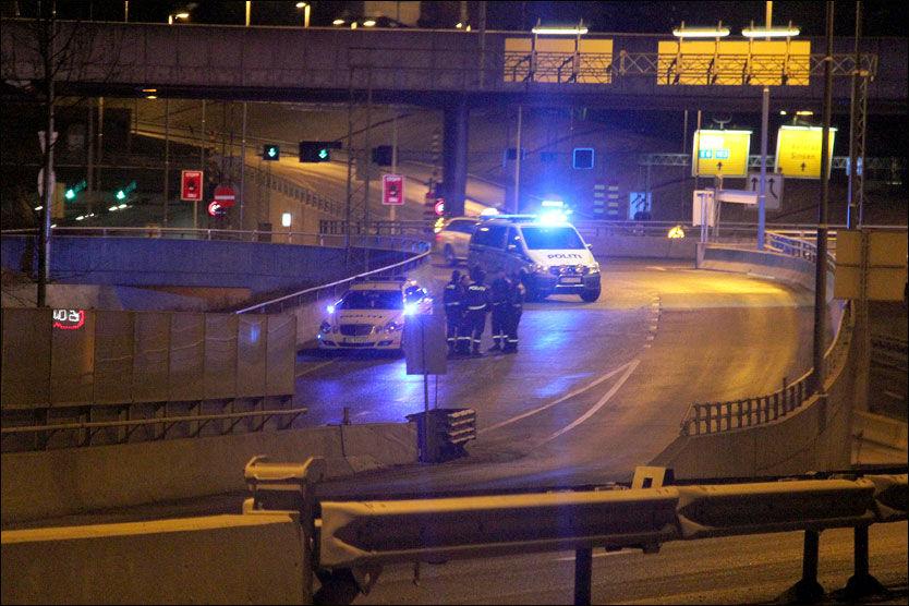 ETTERFORSKER: Politiet var natt til lørdag i Sinsenkrysset etter at en mann skal ha blitt kastet ut av en bil. Foto: Ole Christian Nordby, Eikerfoto
