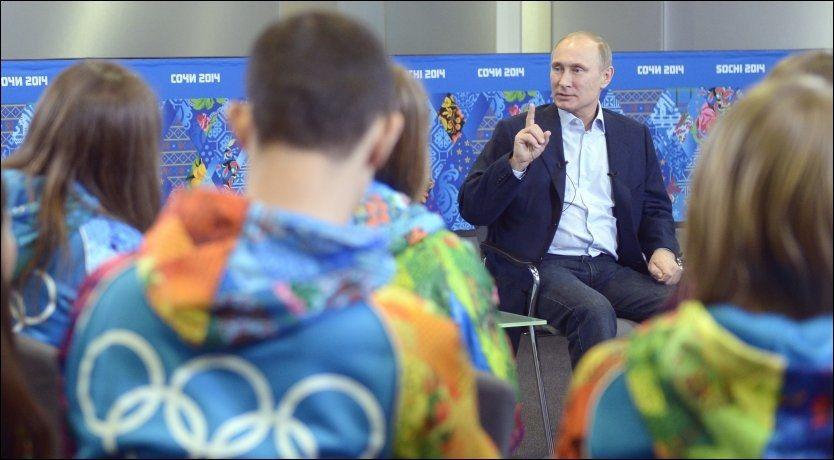 MØTTE FRIVILLIGE: Det var under dette møtet med frivillige at president Vladimir Putin kom med nye uttalelser om homofili. Merk at de frivilliges uniformer er regnbuefargede. Foto: AFP