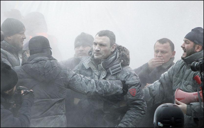 HARDE TAK: Boksemester og opposisjonspolitiker Vitalij Klitsjko var midt i de voldsomme demonstrasjonene. Foto: