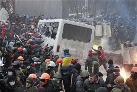 OPPTØYER: Demonstrasjon mot demonstrasjonsforbud i Kiev søndag utviklet seg til et oppgjør mellom politi og tilhengere av at Ukraina skal knyttes nærmere til EU. Foto, REUTERS/Gleb Garanich