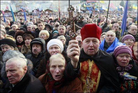 STORT OPPMØTE: Mellom 100.000 og 200.000 demonstranter deltok under de pro-europeiske markeringene i Kiev søndag. Demonstrasjonen utviklet seg etter hvert til voldelige sammenstøt med politi og unge demonstranter. Foto: NTB scanpix