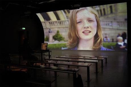 FLINKE ungdommer stiller vesentlige spørsmål i filmen om grunnlovsjubileet på Demokratisenteret på Eidsvoll. Foto: DINAMO PR