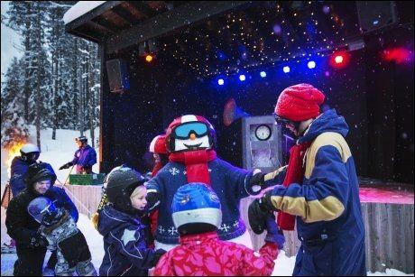 AFTER SKI FOR BARNA: I Valles verden i Trysil er det after ski for barna med dans og pølsegrilling, før teaterforestillingen på scenen begynner. Foto: KARIN BEATE NØSTERUD