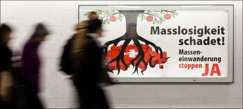 INGEN SVEITSEROST: Denne reklameplakaten i Zürich argumenterer for å gjøre portene til Sveits smalere for innvandring fra EU-området med teksten «Massearbeidsløshet skader! Stopp masseinnvandringen - JA». Foto: AFP