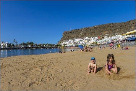 PUERTO DE MOGÁN: Ozzie (3) og Arabella (6) fra Brighton leker på stranden i Puerto de Mogán. Dette er siste utpost for charterturismen. Rundt neste sving ligger Gran Canarias ville vestside.