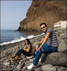 LOKALE TURISTER: Guomar Garcia Hernándedez (13) og Bernabé Garcia Velásquez (45) fra Las Palmas oppsøker stillheten i Tasarte.