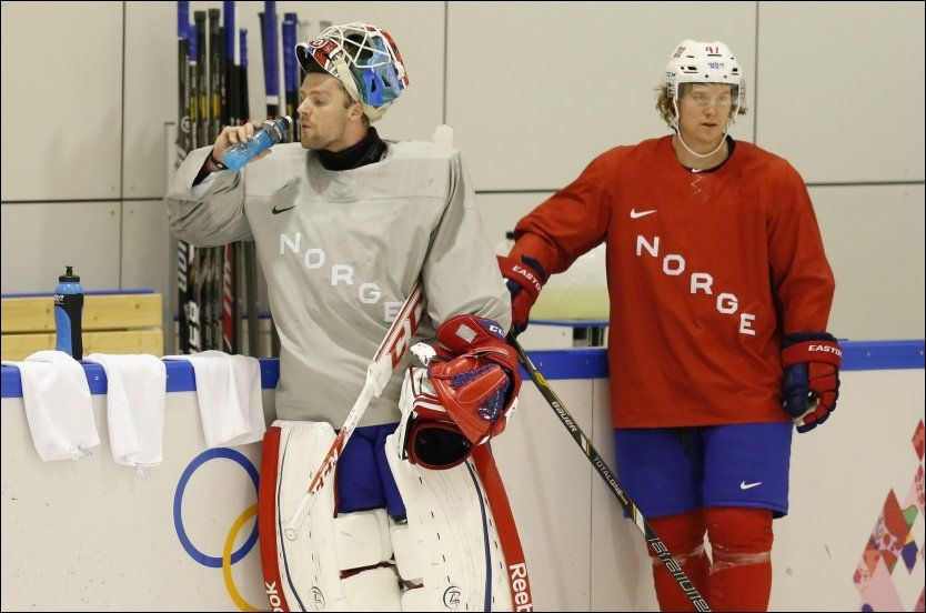 TRENING I DAG: Lars Haugen (26) ville ikke møte pressen etter hockeyguttas treningsøkt i Bolshoy Ice Domes treningshall i formiddag Sotsji-tid. Til høyre backen Alexander Bonsaksen. Foto: SCANPIX