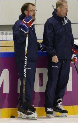 UENIGE: Keepertrener Pekka Alcen (t.v) og landslagets sjefstrener Roy Johansen under hockeyguttas trening i formiddag. Foto: SCANPIX