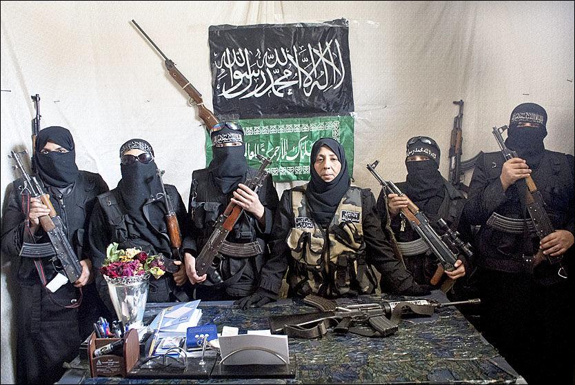 KVINNEKRIGERE: Dette bildet skal vise kommandanten Um Fadi (i midten) som poserer med sine kvinnelige krigere i en brigade tilknyttet Free Syrian Army. Bildet skal være tatt i byen Aleppo i Syria i mai i fjor. Foto: ABACA