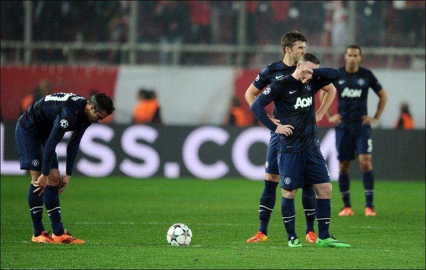 SER HVERANDRE IKKE: Robin van Persie (t.v.) og Wayne Rooney depper under kampen mot Olympiakos. Michael Carrick og Rio Ferdinand i bakgrunnen. Foto: Pa Photos