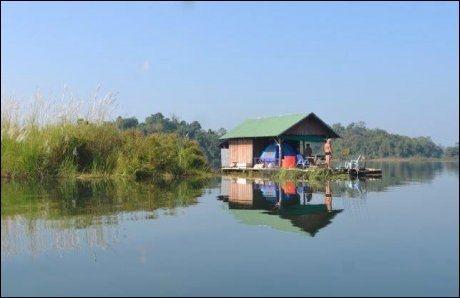 FISKE-FLÅTE: I Khao Laem Dam, nær grensen til Myanmar, fisket ålesunderen Per Gunnar Jansen fra en husflåte i fire dager. Foto: Privat