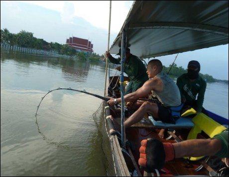 PROFT OPPLEGG: I Thailands fiskedammer er alt tilrettelagt for fisketurister. Utstyr, agn, båt og hjelpeere fås leid for en billig penge. Foto: Robert S. Eik
