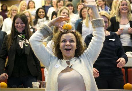 FORNØYD: Trimdronning Kari Jaquesson gjør en balanseøvelse under den kollektive pausen fra stillesittingen under Helsedirektoratets pressekonferanse onsdag. FOTO: JAN PETTER LYNAU/VG