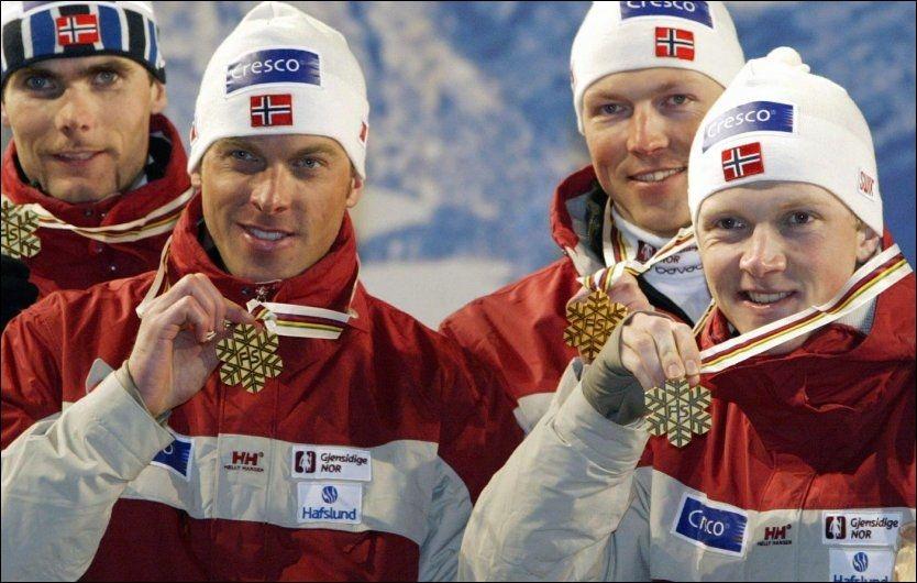 BLE GRANSKET: Anders Aukland (foran t.v.) og Tore Ruud Hofstad (t.h.), her sammen med Thomas Alsgaard (t.v.) og Frode Estil etter stafettgullet i VM i 2003, ble satt på en egen «mistenktliste» av FIS. Foto: Scanpix