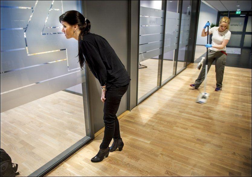 HVOR ER HUN? Anne-Kari Bratten, administrerende direktør i arbeidsgiverforeningen Spekter, lurer på hvor det er blitt av idealet om karrierekvinnen. Her er hun i ferd med å kuppe et møte med sykehusledere på Spekter-kontoret på Majorstuen, mens en renholder tar helgevasken.