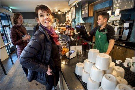 FREDAGSKAFFE: Bratten har tidligere uttalt at hun «aldri sitter på kafé fredag ettermiddag». Fredag før kvinnedagen kryper hun likevel til korset; vel og merke til ære for VGs fotograf, med dagens kaffe (uten latte).