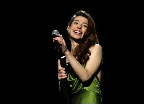 GRØNN: Linnea Dale sang «High Hopes» iført en grønn fotsidelang kjole i Spektrum. Foto: SCANPIX