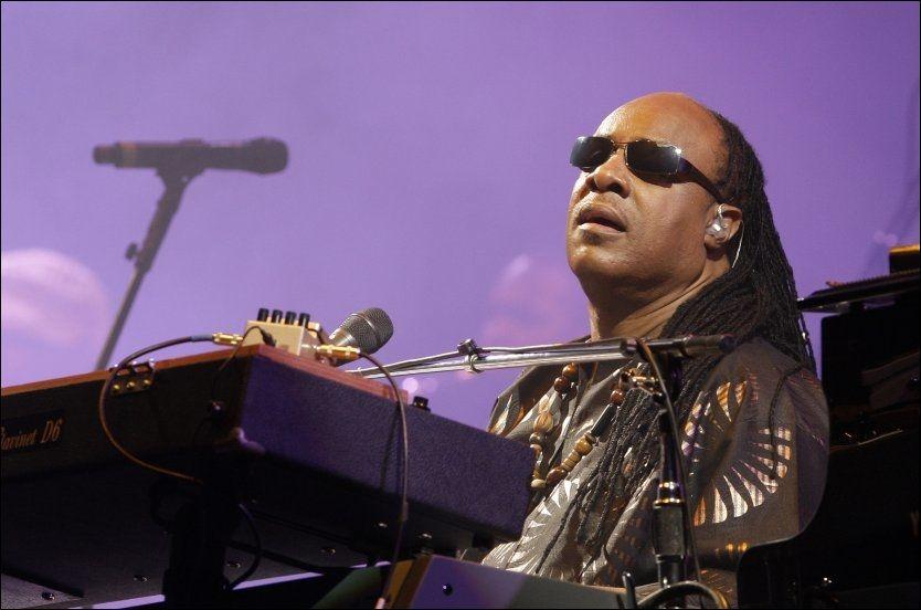 SOMMERBESØK: Stevie Wonder får det nok til å svinge og allsangen til å runge, når han kommer til Kongsberg i sommer og serverer musikk fra sin over 50 år lange karriere. Foto: AP