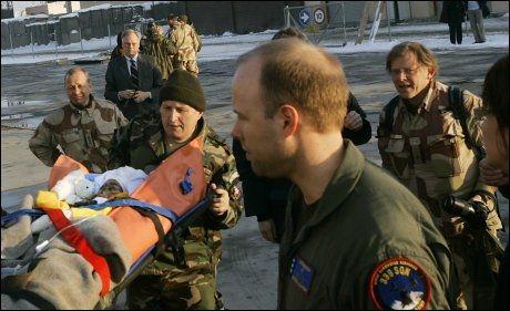 REDDET I NORGE: I 2007 sørget Terje Erlid for at den brannskadde afghanske jenta Naoroz fikk behandling ved Haukeland universitetssykehus i Bergen. Her tar Erlid (helt til høyre) farvel med henne på flyplassen i Kabul i januar 2007. Foto: HEIKO JUNGE/SCANPIX