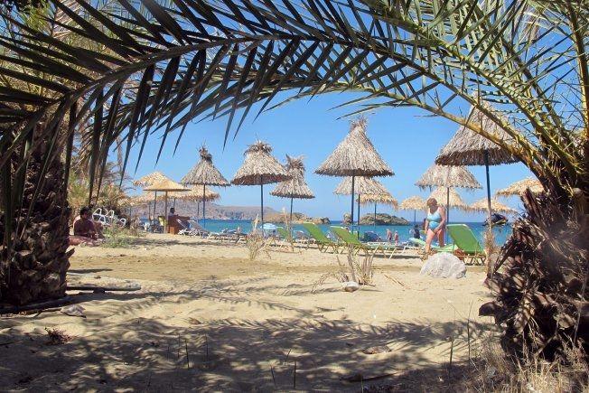 STRAND: Vi reiser på strandferier og mange andre ferier. Dette er Vai på Kreta. Foto: MONA LANGSET