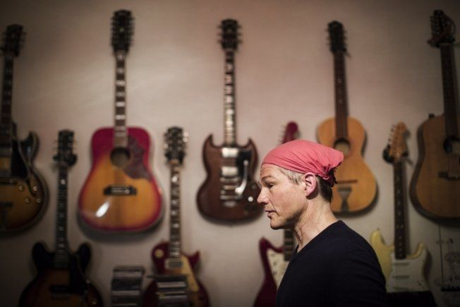 GITARKAMERAT: Morten Harket i studio under innspillingen av sitt nye album. Foto: JØRGEN BRAASTAD