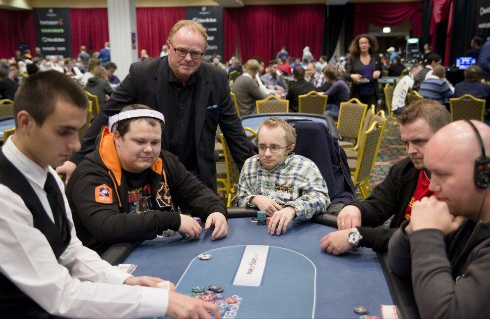 POSITIV TIL POKER: Per Sandberg (Frp) mener nordmenn bør få spille poker med pengeinnsats i Norge. Her hilser han på deltakere fra årets NM i Dublin. F.v: Remy Andersen(25), Eirik Rud Iversen(25) og Kenneth Heggestad(35) Foto: Robert S. Eik