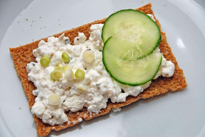Cottage cheese sjalottlok knekkebrod