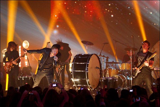 KONSERT: Imagine Dragons har hatt konserter på flere store eventer i verden. Her under MTV EMA i 2013 i Amsterdam. Fra venstre gitarist Wayne Sermon, trommeslager Daniel Platzman, bassist Ben McKee, og foran ser du vokalisten Dan Reynolds. Foto: GETTY IMAGES FOR MTV