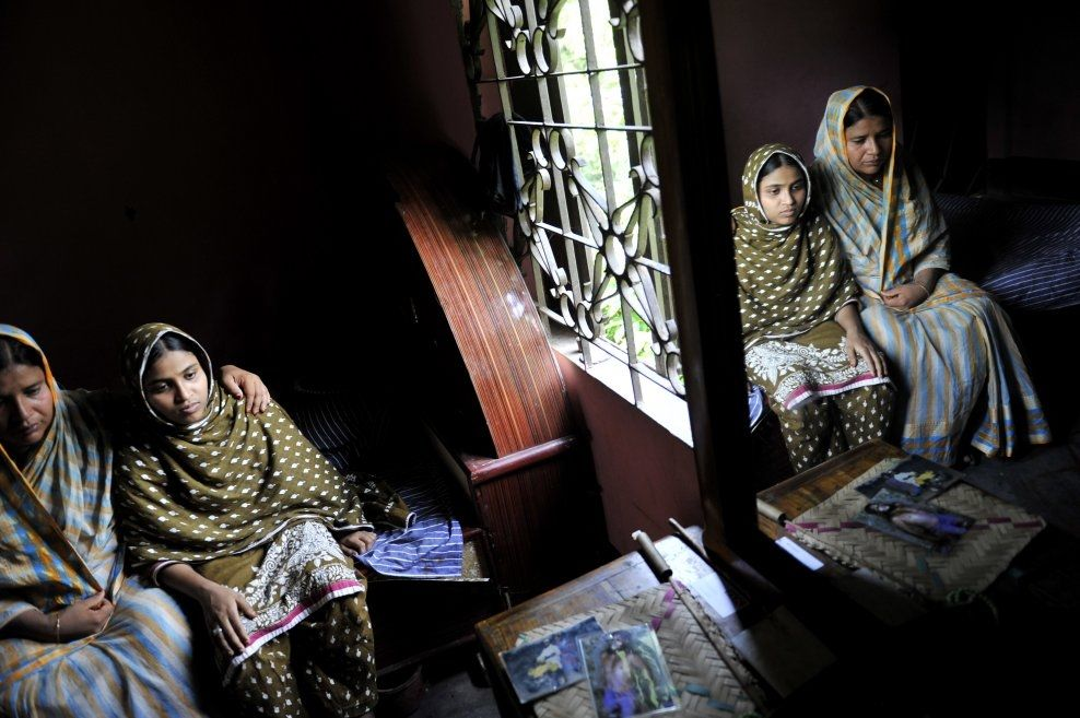TOMHETEN: Aminul Islam jobbet hardt for å bedre forholdene til tekstilarbeiderne i Bangladesh. For to år siden ble han brutalt drept. Enken Hosni Ara Begum Fahima og datteren Sayma Akter Akhi har måttet selge deler av huset som familiefaren bygget. Foto: HARALD HENDEN