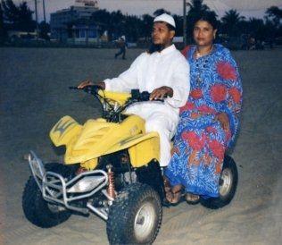 GODT LIV: Hosni Ara Begum Fahima minnes de gode stundene med ektemannen Aminul Islam, som her da de kjørte firhjuling på stranden. Foto: PRIVAT