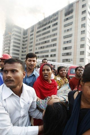 TRAGEDIE: Aminul Islam hjalp journalister fra TV-kanalen ABC News å komme i kontakt med overlevende og etterlatte etter en stor fabrikkbrann i 2010, der bortimot 30 tekstilarbeidere mistet livet. Foto: AFP