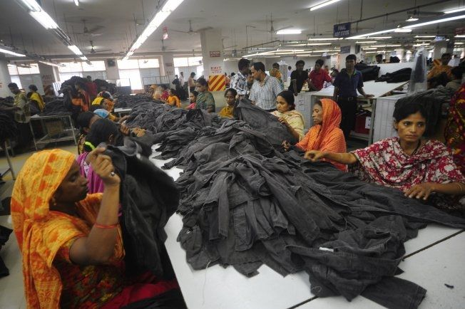 EKSPORT: På tekstilfabrikker som denne i Ashulia, utenfor hovedstaden Dhaka i Bangladesh, lages mange av klærne som ender opp i Norge. Foto: AFP
