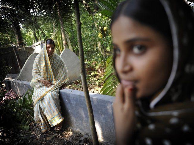 GRAVEN: Aminul Islam er gravlagt i hagen ved hjemmet han bygde for kona Hosni Ara Begum Fahima og barna. Huset ligger i bydelen Ashulia, et området som er dominert av tekstilfabrikker. Foto: HARALD HENDEN